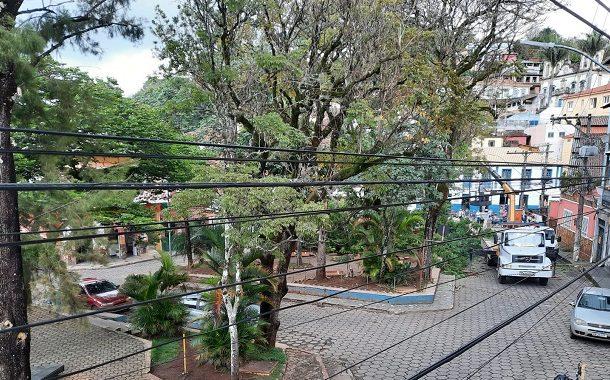 Árvores podadas e preparação para nova praça no centro de Prados