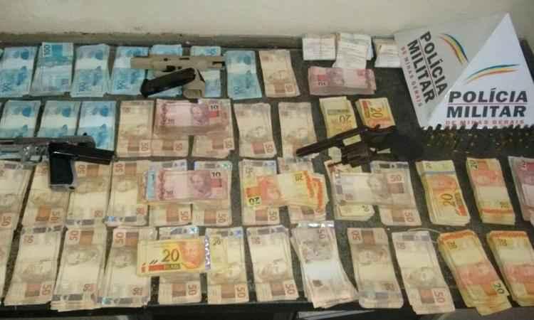 Dinheiro recuperado e armas apreendidas no caso supermercado