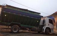 """Caminhão graneleiro fica """"entalado"""" em rua do centro de Prados"""