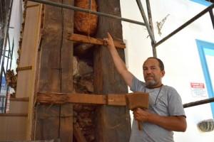 Restaurador aponta onde encontrou as peças