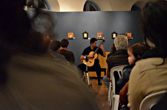 Na imagem, o músico Jéfrey Andrade em uma apresentação no Solar da Baronesa, em São João Del Rei
