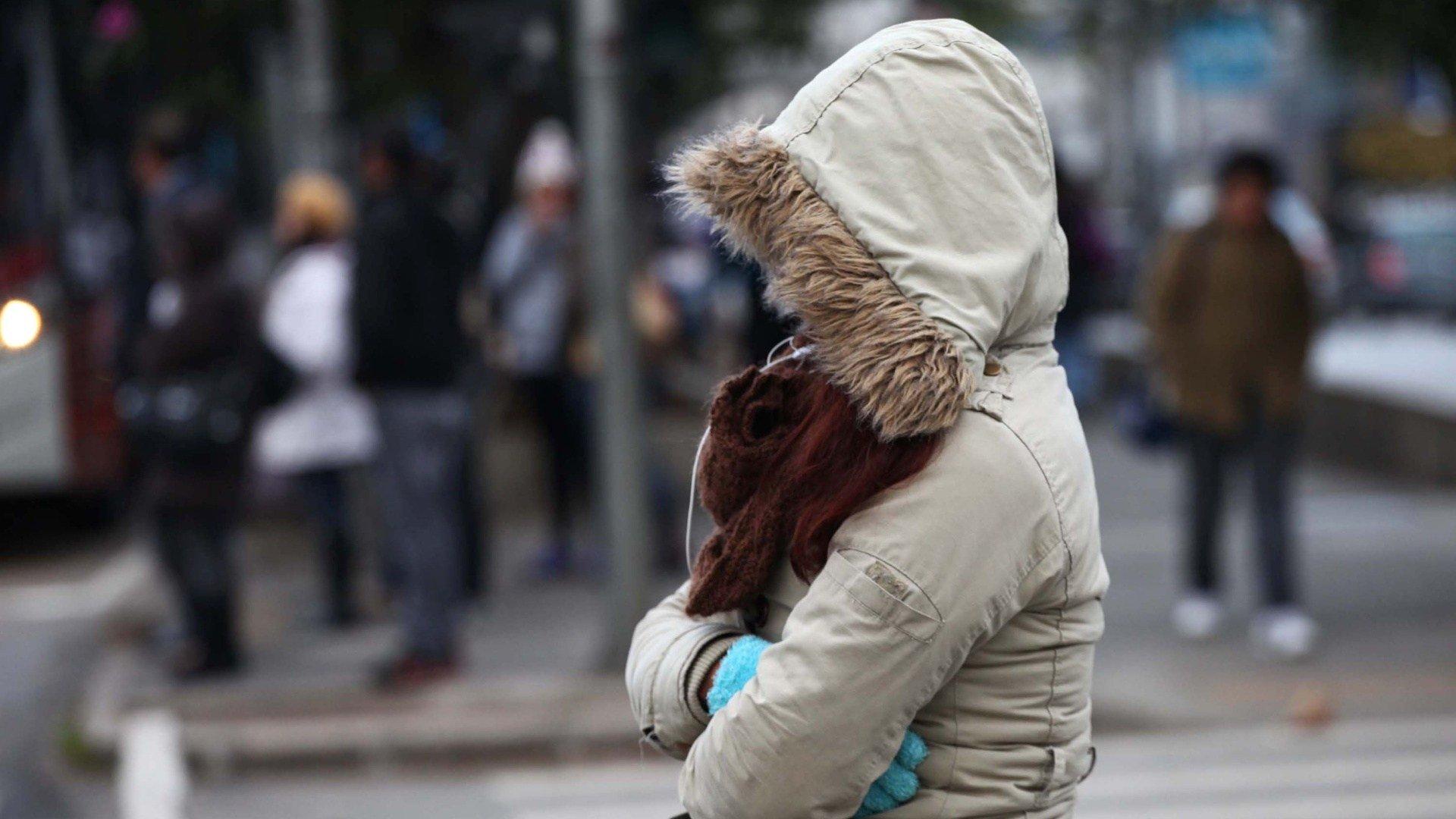 15ago2013-pedestre-enfrenta-forte-frio-na-manha-desta-quinta-feira-15-na-avenida-ibirapuera-zona-sul-de-sao-paulo-1376566312279_1920x1080