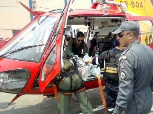 Momento em que a vítima José Ronaldo Monteiro Ferreira era embarcada no helicóptero do Corpo de Bombeiros para ser levada ao Hospital João XXIII, em Belo Horizonte. Foto: Cássio Goulart.