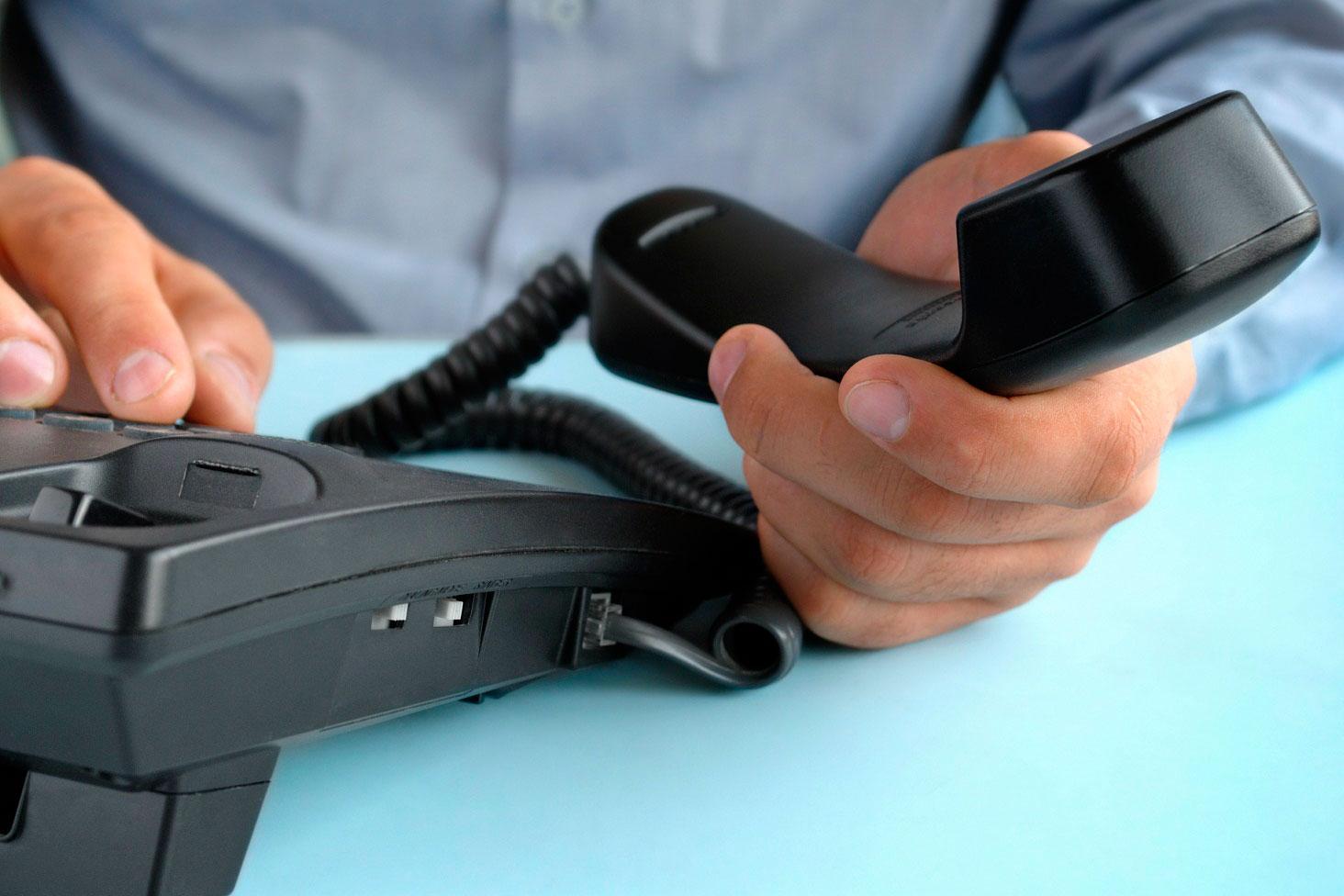 servicos-telecomunicacao-telecomunicacoes-telefonia-cancelamento-telefone-na-mao