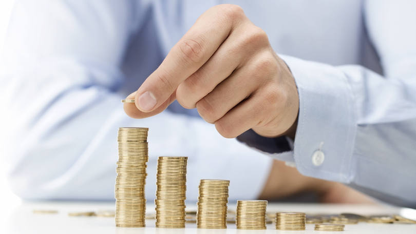 size_810_16_9_Homem-empilha-moedas