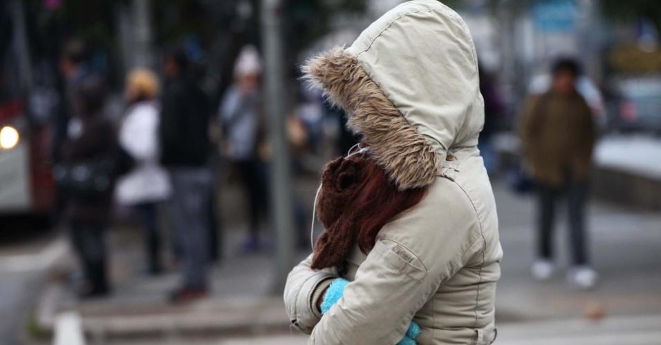 15ago2013---pedestre-enfrenta-forte-frio-na-manha-desta-quinta-feira-15-na-avenida-ibirapuera-zona-sul-de-sao-paulo-1376566312279_956x500