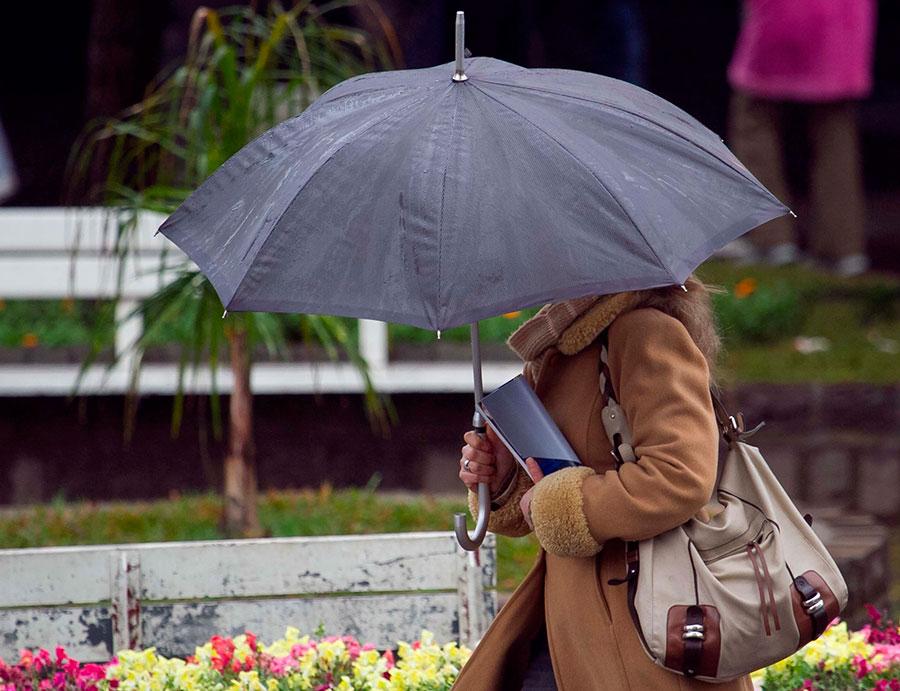 transeuntes-se-protegem-do-frio-e-chuva-na-manha-desta-quarta-feira-14-em-caxias-do-sul-rs-com-temperatura-de-6c-1376497335666_1920x1475