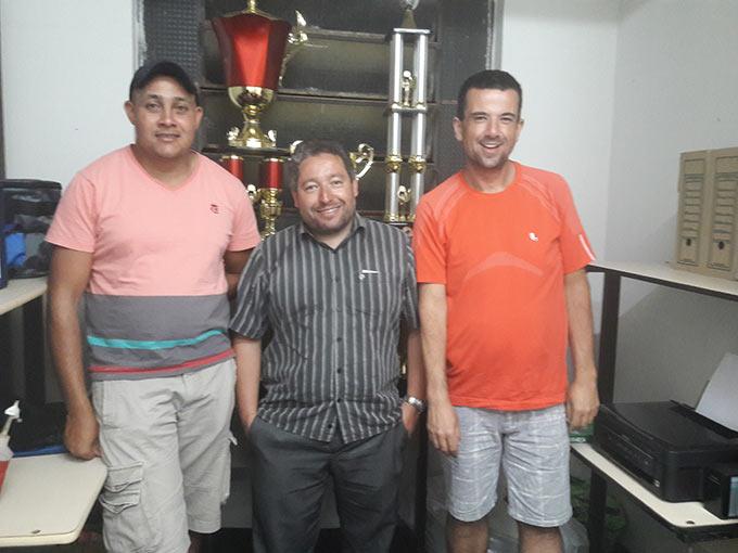 Da esquerda para a direita, o técnico do Pradense e Diretor de Esportes da ADESP, Pedro Piau, o vice Presidente da Associação, Rodrigo Oliveira e o Presidente, Ivan Carlos.