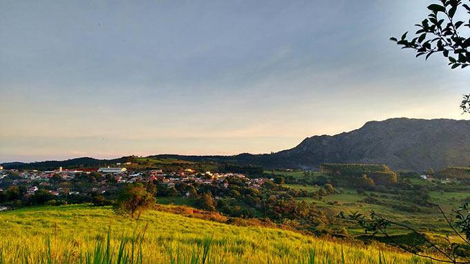 Vista parcial do Bairro Pinheiro Chagas, em Prados. Ao fundo a Serra São José. Foto: Aléx Rodrigues.