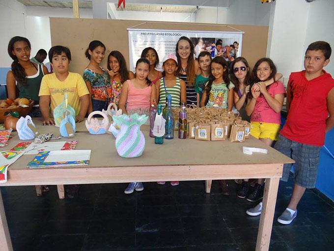 Instrutora Sarah e alunos do Projovem na loja de economia solidária, em Vitoriano Veloso