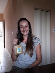 Instrutora Sarah na sede do Prados Online com um exemplar do sabão ecológico