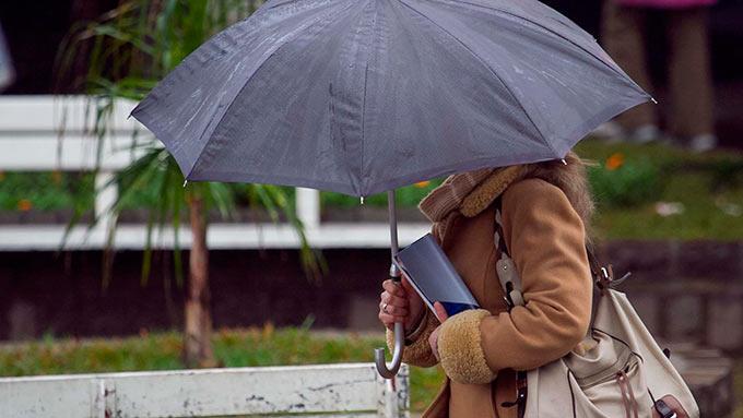 transeuntes-se-protegem-do-frio-e-chuva-na-manha-desta-quarta-feira-14-em-caxias-do-sul-rs-com-temperatura-de-6c-1376497335666_1920x1080