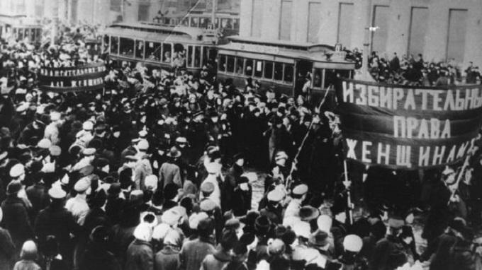 Imagem de 1917, na qual milhares de mulheres vão às ruas contra a fome e a guerra; a greve delas foi o pontapé inicial para a revolução russa e foi uma das origens do Dia Internacional da Mulher.