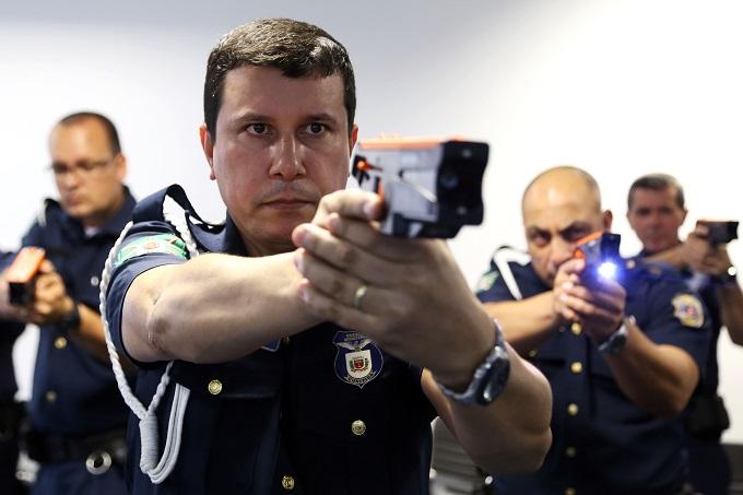 Nesta segunda-feira (17), mais uma turma da Guarda Municipal de Curitiba realiza o treinamento obrigatório para a utilização de armas não letais de dispositivo elétrico (Spark). Foto: Jaelson Lucas/SMCS